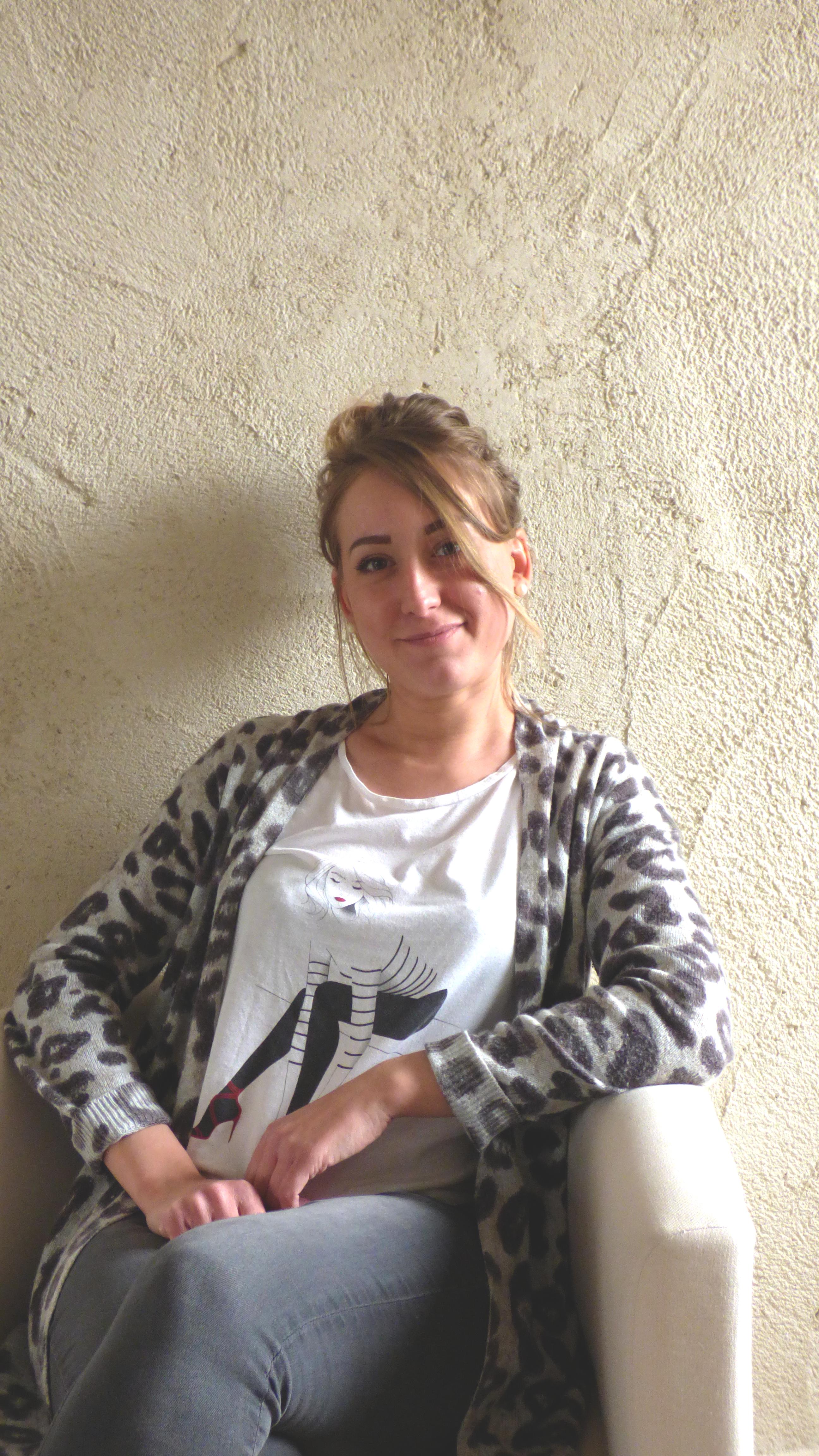 Aurore, souriante